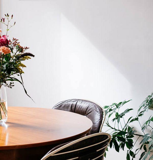 bloemenatelier-boeket-op-tafel