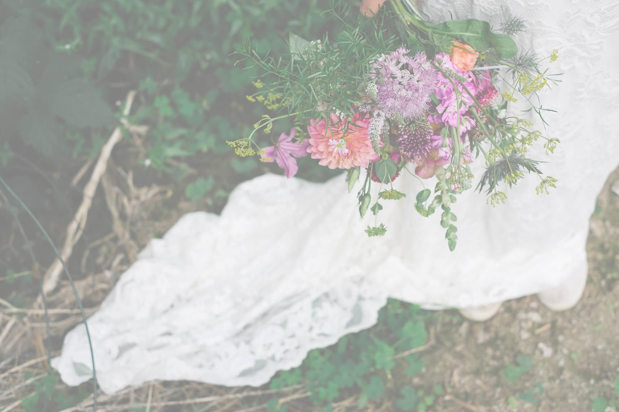 Trouwboeket, corsage, tafelversiering en ceremonie voor het trouwfeest van Sarah en Dimitri